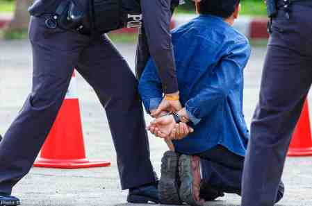 web17-policearrestblue-1160x768